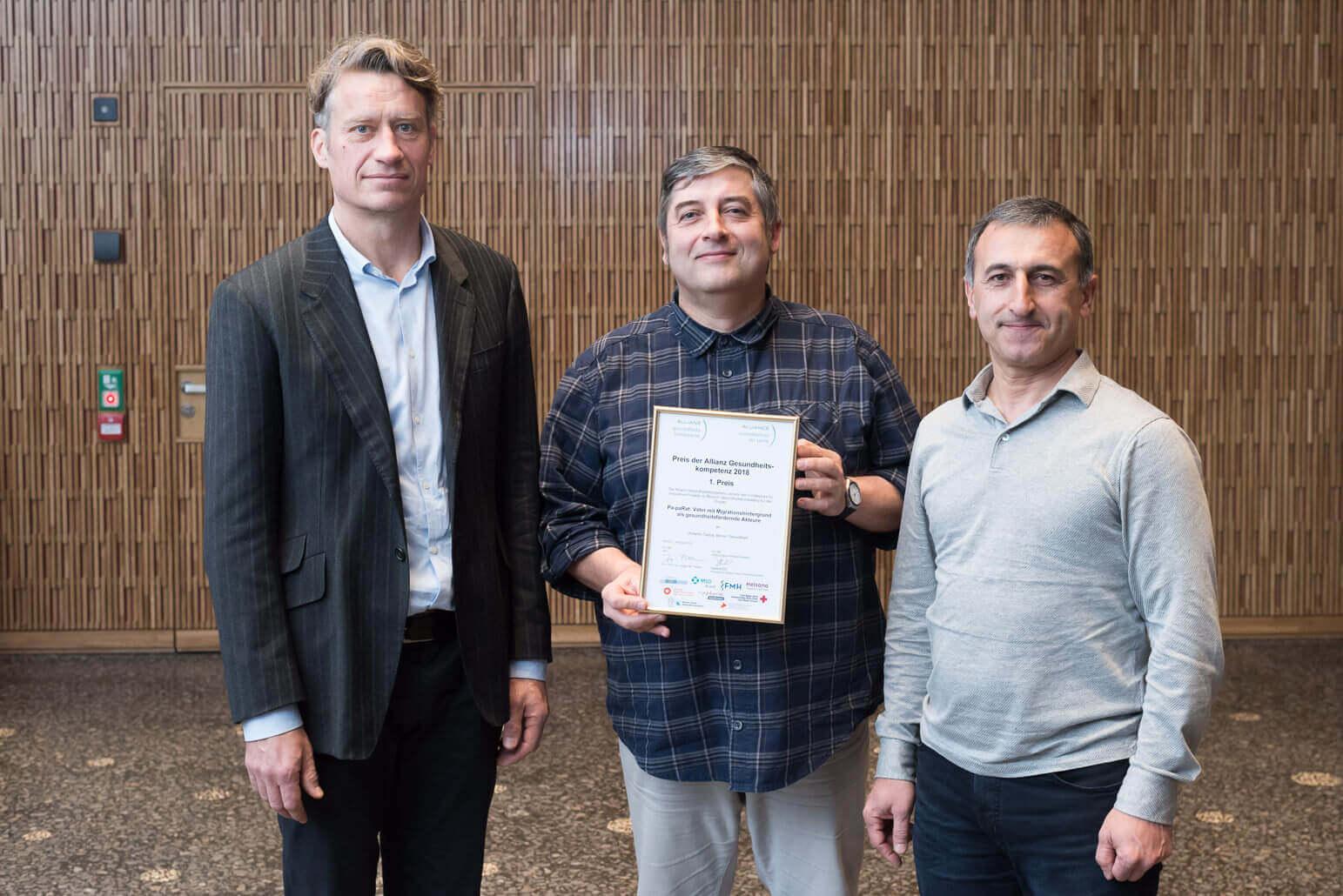 Geschäftsführer Christian Ryser, Projektleiter Umberto Castra und «Pa-paRat»-Moderator Kemal Sönmez freuen sich über den 1. Preis der Allianz Gesundheitskompetenz.